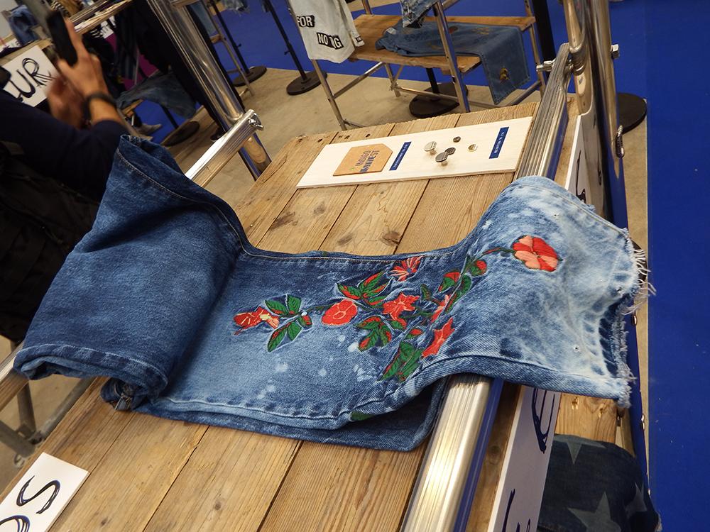 Visual jeans de bordados com cara de tatuagem em alta no Verão 2019