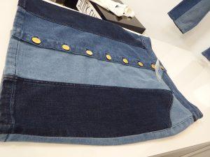 afd7c0ca795 Mas será o visual upcycled, o grande protagonista do estilo das saias denim.  Logo, teremos diversas opções marcadas pelo mix de tecidos, pelo acabamento  ...