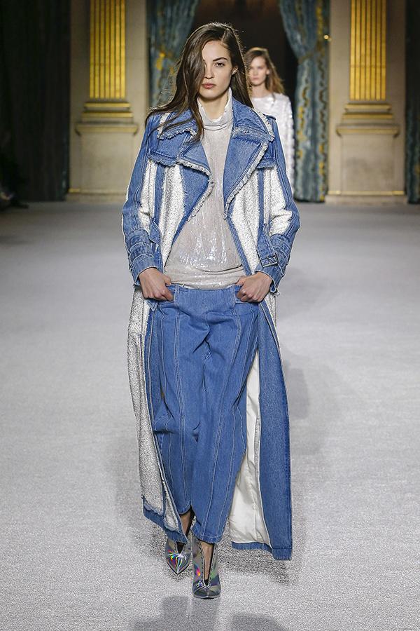 Trajes completos em denim são destaque na última temporada da Paris Fashion Week